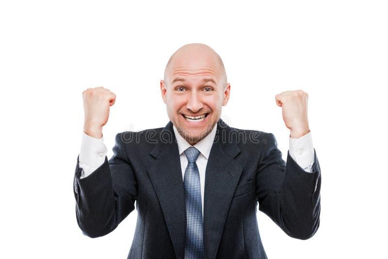 Glimlachende zakenmanwinnaar die opgeheven handenvuist het vieren overwinningsvoltooiing gesturing stock afbeeldingen