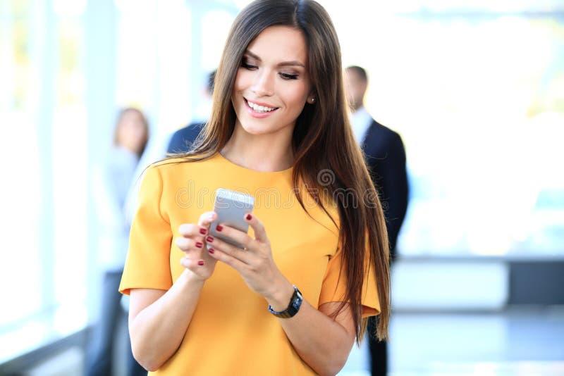Glimlachende zekere bedrijfsvrouw die een telefoongesprek hebben royalty-vrije stock afbeelding