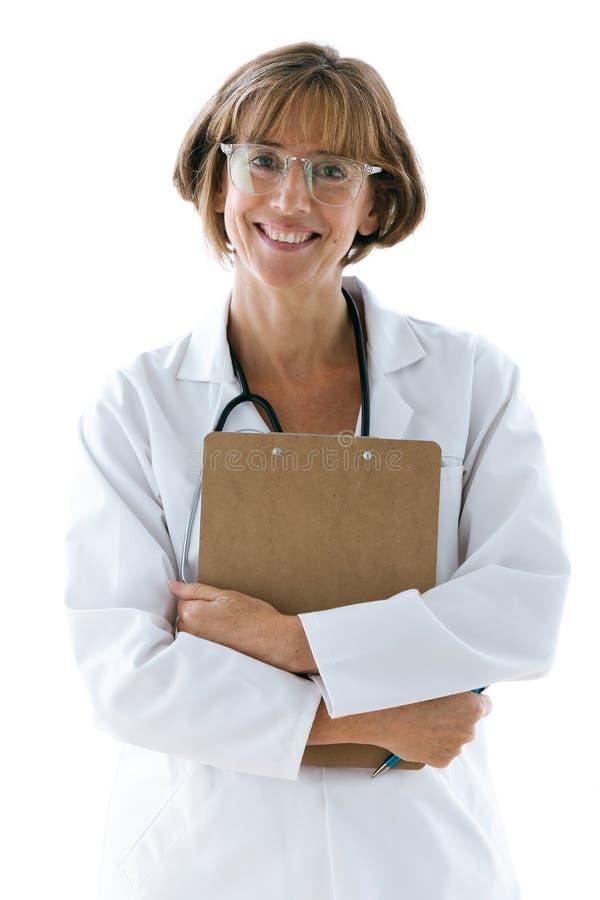 Glimlachende zekere vrouwelijke arts die met oogglazen camera in het bureau bij het ziekenhuis bekijken royalty-vrije stock fotografie