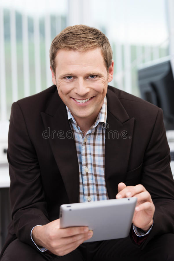 Glimlachende zekere zakenman royalty-vrije stock afbeeldingen