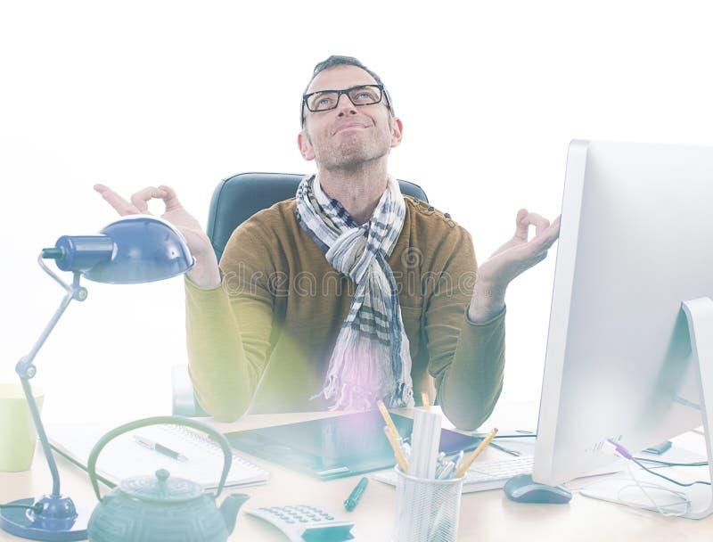 Glimlachende zen toevallige zakenman die op kantoor voor professionele inspiratie mediteren stock foto's