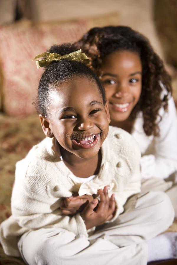Glimlachende zusters royalty-vrije stock afbeeldingen
