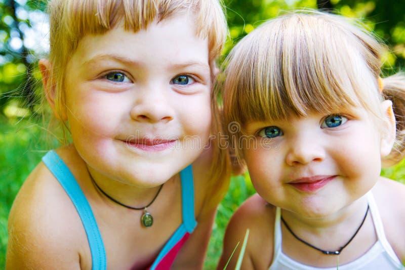 Glimlachende zusters royalty-vrije stock foto's