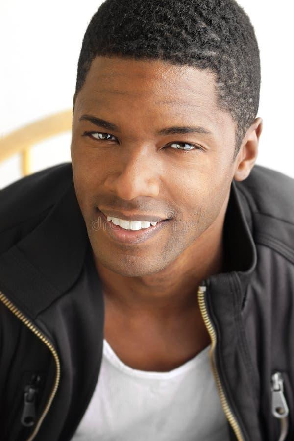 Glimlachende zwarte mens stock foto's