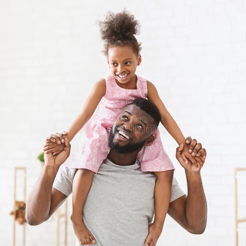 Glimlachende Zwarte Papa en Dochter het Besteden Tijd samen royalty-vrije stock foto