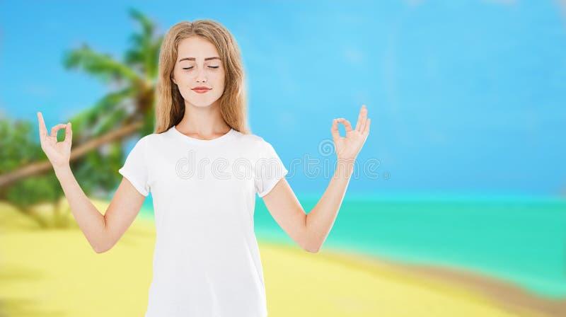 Glimlachvrouw met Gesloten Ogen op Zen Meditation Pose On Tropical-Strand Oceaan Overzeese Achtergrond - het Concept van de de Zo stock fotografie