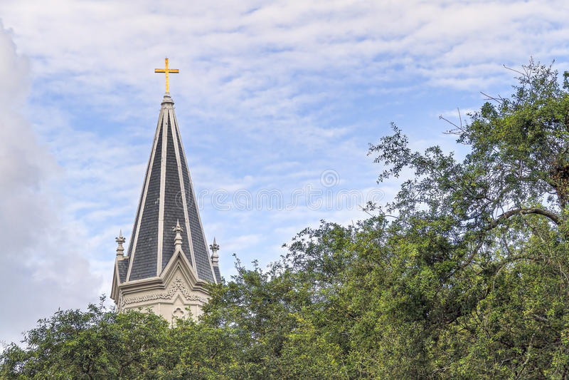 Glimma kors på kyrktorn royaltyfri fotografi