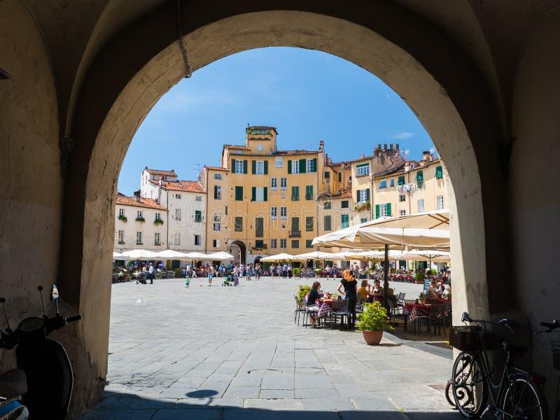 Glimp op ' Piazza dell' Anfiteatro' , beroemd vierkant in Luca stock foto's