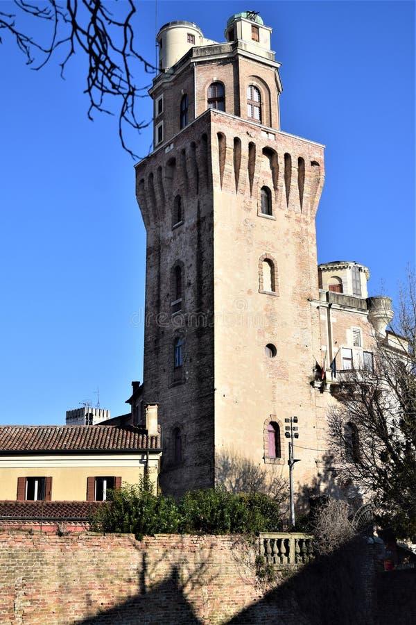 Glimpse, oświetlone słońcem i otoczone niebieskim niebem, z siedzenia Specola di Padova w starożytnym obserwatorium astronomiczny obrazy royalty free
