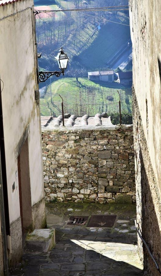 Glimpse, z uliczki z lamppo i nad dachem z mrozem, z doliny wsi Coreglia Antelminelli obraz royalty free