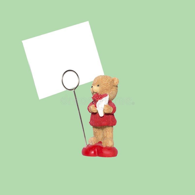 Gliniana dekoracyjna figurka niedźwiedź z bukietem kwiaty i znak dla inskrypcji Mockup zdjęcie royalty free