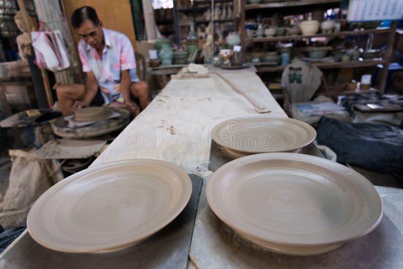 Gliniana garncarka wykonuje ręcznie ceramicznego garncarstwo zdjęcie royalty free