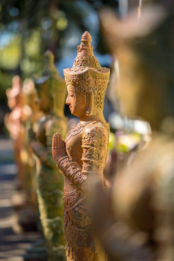 Gliniana modlenie kobiet statua w buddyjskiej świątyni zdjęcia royalty free