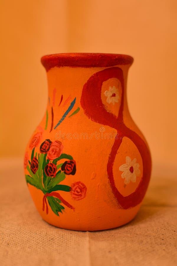 Gliniana waza z kwiatami w górę obraz royalty free