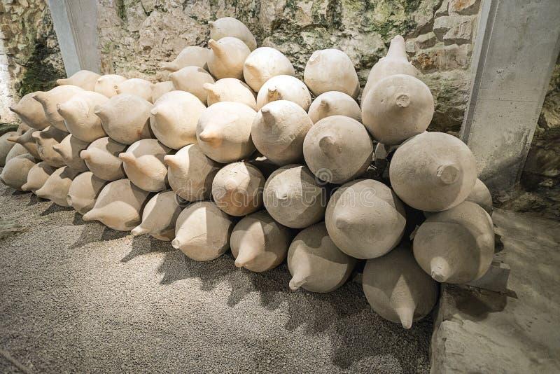 Gliniani naczynia w antykwarskim Romańskim amphiteater w Pula w Chorwacja obraz royalty free