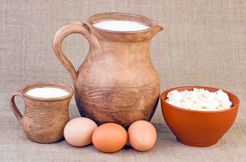 Gliniany dzbanek i filiżanka mleko, jajka i twaróg, obrazy royalty free