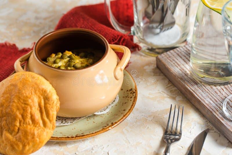 Gliniany garnek pod chlebowym deklem - gorący warzywa i mięso słuzyć w restauraci fotografia royalty free