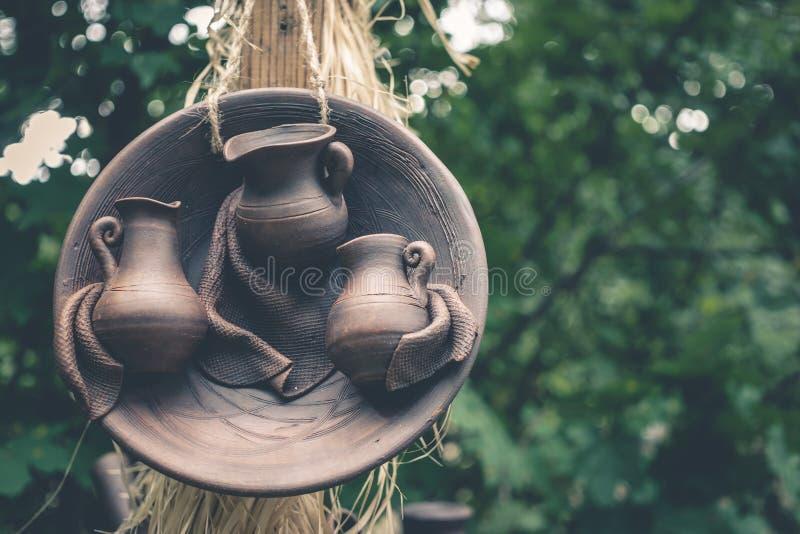 Gliniany handmade ceramiczny ceramics na zieleni zamazywał tło zdjęcia stock