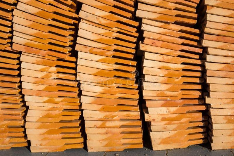 Gliniany płytka dachu pomarańcze stos obrazy royalty free