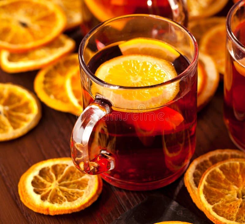 Glintwine met citrusvrucht en Amerikaanse veenbes Kerstmis en de winter verwarmende drank stock afbeeldingen