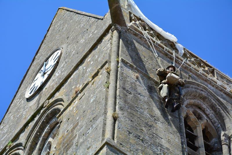 Glise ‰ Sainte-Mère-à была первой деревней в Нормандии освободило армией Соединенных Штатов на дне Д, 6-ое июня 1944 стоковое изображение rf