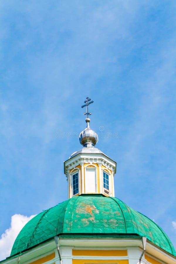 ?glise chr?tienne orthodoxe jaune avec un Green Dome en ?t? contre un ciel bleu avec les nuages blancs image stock