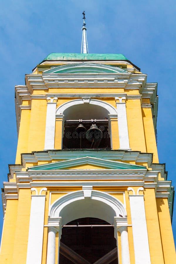 ?glise chr?tienne orthodoxe jaune avec un Green Dome en ?t? contre un ciel bleu avec les nuages blancs images libres de droits