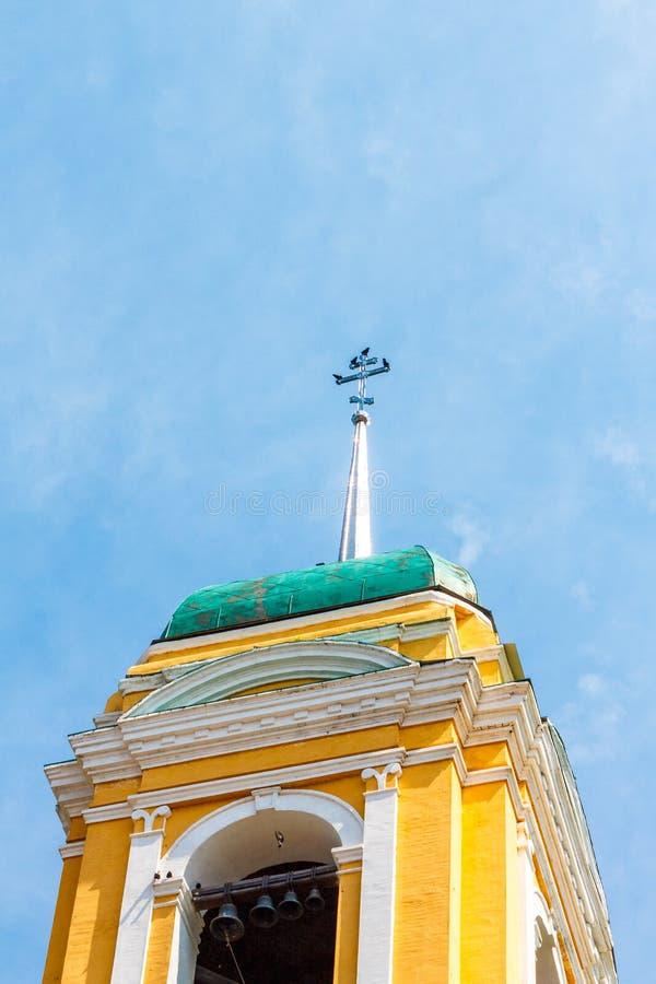 ?glise chr?tienne orthodoxe jaune avec un Green Dome en ?t? contre un ciel bleu avec les nuages blancs image libre de droits