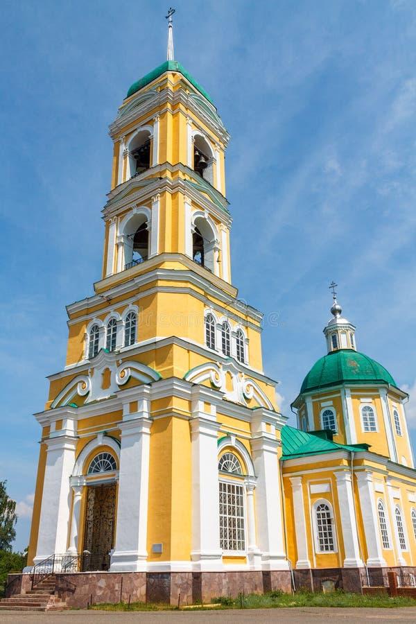 ?glise chr?tienne orthodoxe jaune avec un Green Dome en ?t? contre un ciel bleu avec les nuages blancs photo libre de droits
