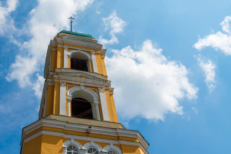 ?glise chr?tienne orthodoxe jaune avec un Green Dome en ?t? contre un ciel bleu avec les nuages blancs photographie stock libre de droits