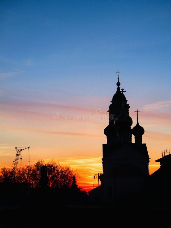 ?glise d'orthodoxie pendant le coucher du soleil photos stock