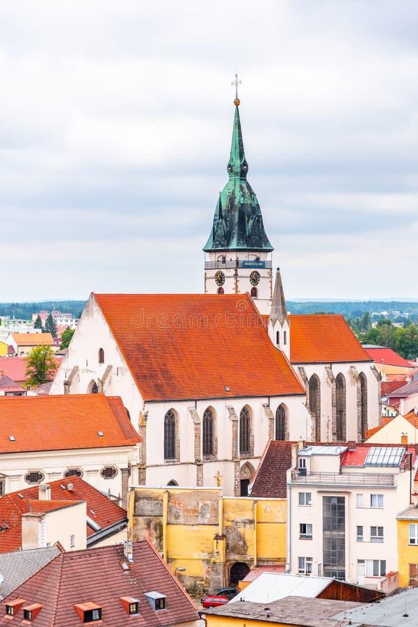 ?glise de l'acceptation de Vierge Marie, R?publique Tch?que Vue aérienne de tour noire de château de Jindrichuv Hradec images stock