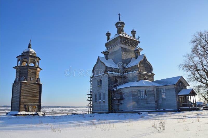 ?glise de la transfiguration Preobrazhenskaya avec la tour de cloche, XVIII si?cle dans Turchasovo La Russie, r?gion d'Arkhangels photo libre de droits