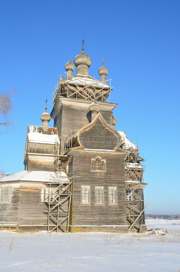 ?glise de la transfiguration Preobrazhenskaya, XVIII si?cle dans Turchasovo La Russie, r?gion d'Arkhangelsk, secteur d'Onega photographie stock