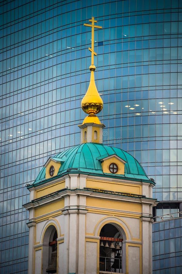 ?glise de la transfiguration sur le fond d'un immeuble de bureaux photos stock