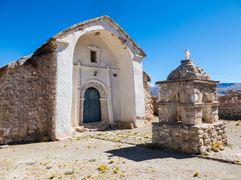 ?glise en pierre du village de Sajama La petite ville andine de Sajama, Bolivien Altiplano beau chiffre dimensionnel illustration photos stock