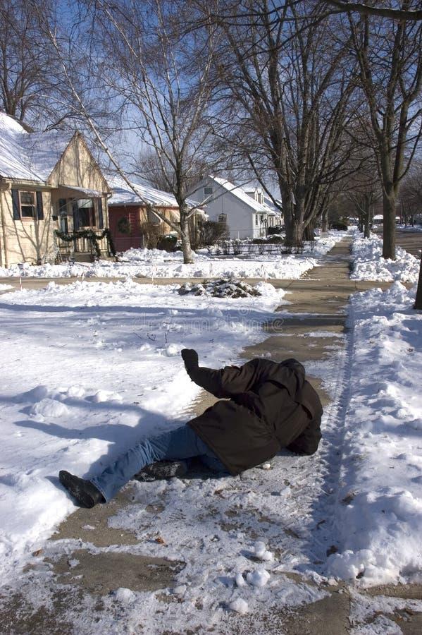 Glissade, automne sur le trottoir glacial, accident à la maison image stock