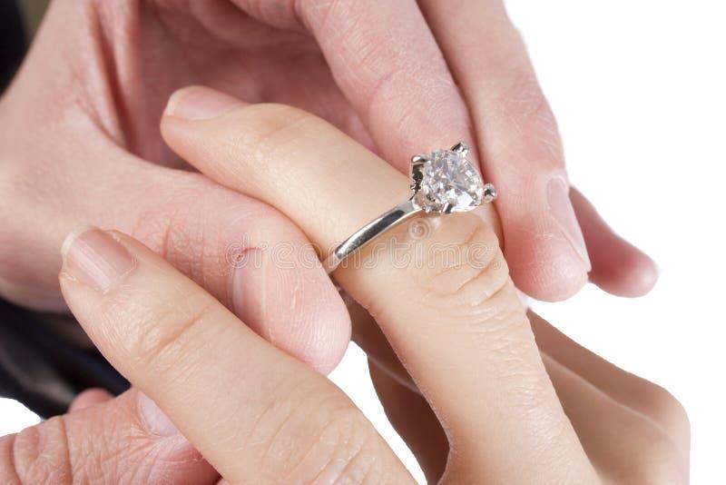 Glissant la bague de fiançailles en fonction photos libres de droits