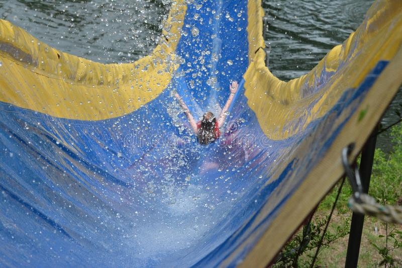 Glissement en bas du Waterslide de camp images stock