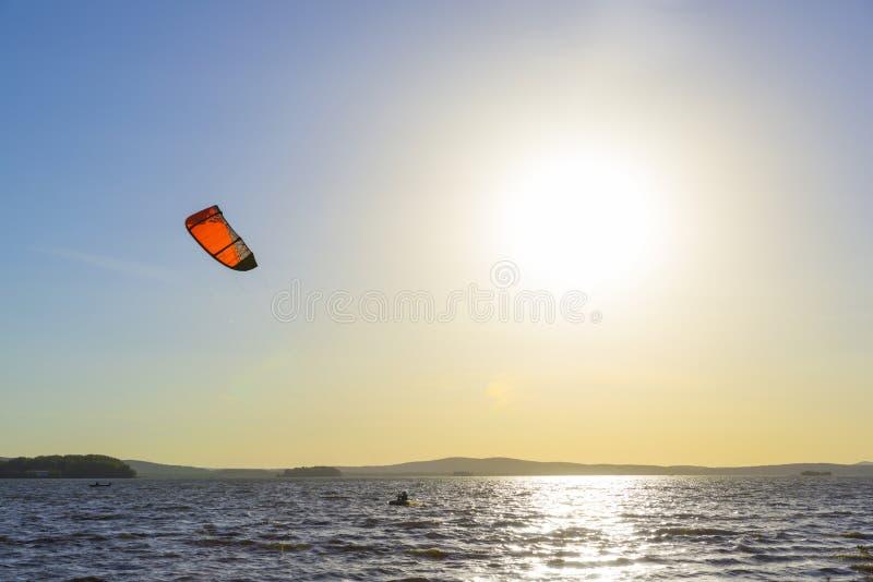 Glissement par les vagues avec un parachute photo stock