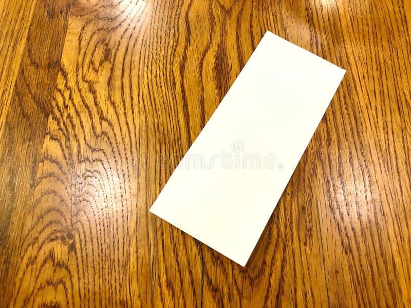 Glissement vide de livre blanc mis dessus la table photographie stock libre de droits