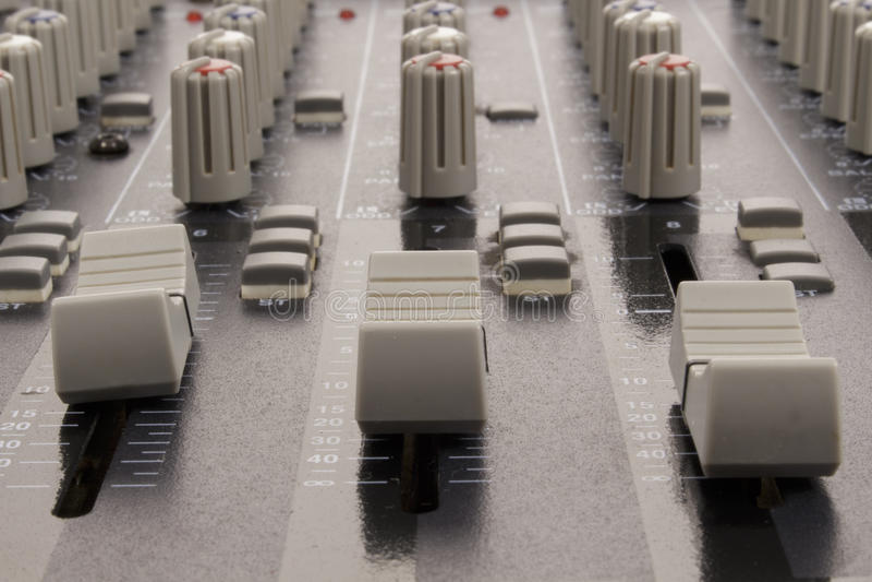 Glisseurs audio d'une console de mélange photos stock