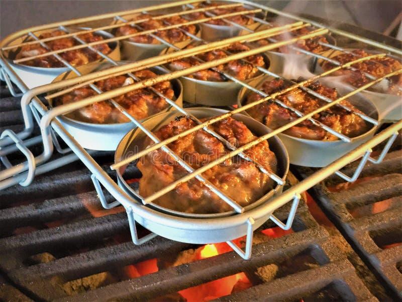 Glisseurs de boulette de viande de porc en Mini Hamburger Rack photographie stock libre de droits