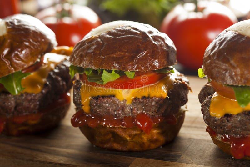 Glisseurs faits maison de cheeseburger avec de la laitue photographie stock libre de droits