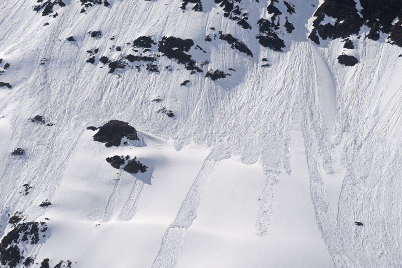 Glissière de neige en montagnes photo stock