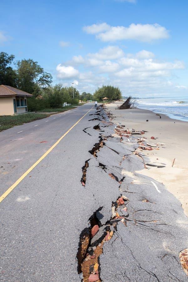 Glissière de route de plage le long de la plage à l'érosion hydrique photos libres de droits