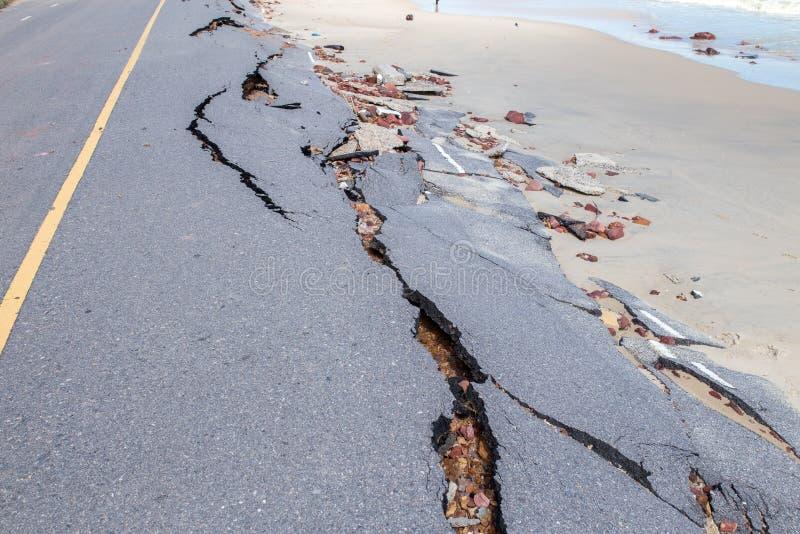 Glissière de route de plage le long de la plage à l'érosion hydrique images stock