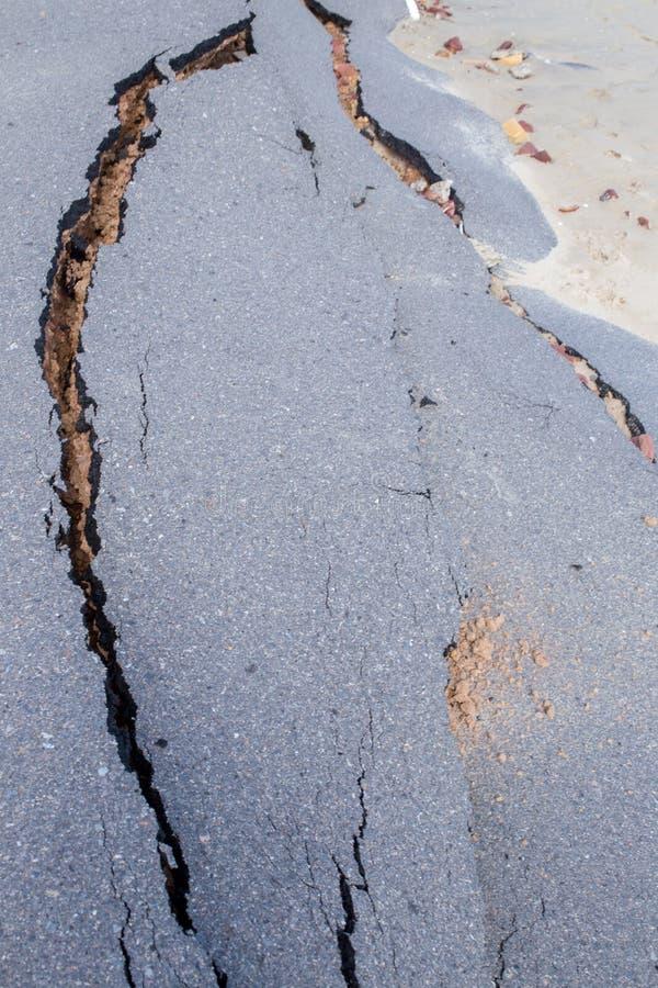 Glissière de route de plage le long de la plage à l'érosion hydrique photographie stock libre de droits