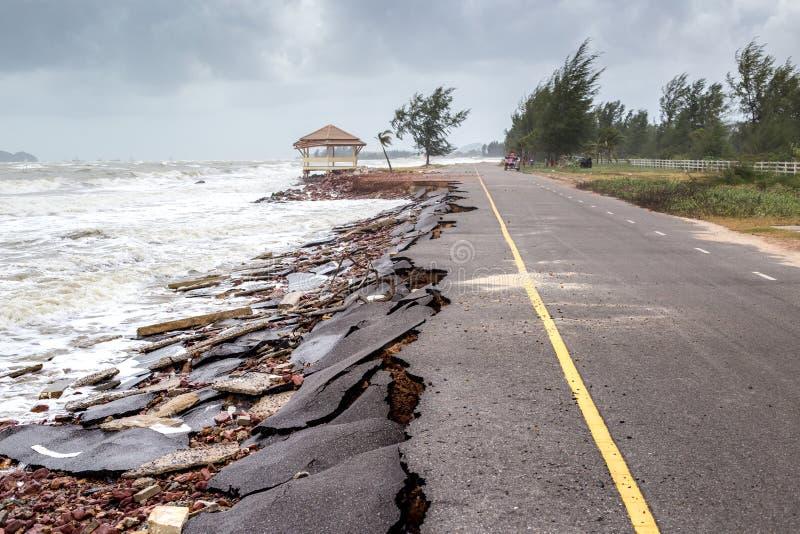 Glissière de route de plage le long de la plage à l'érosion hydrique photos stock