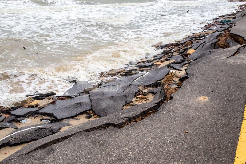 Glissière de route de plage le long de la plage à l'érosion hydrique images libres de droits
